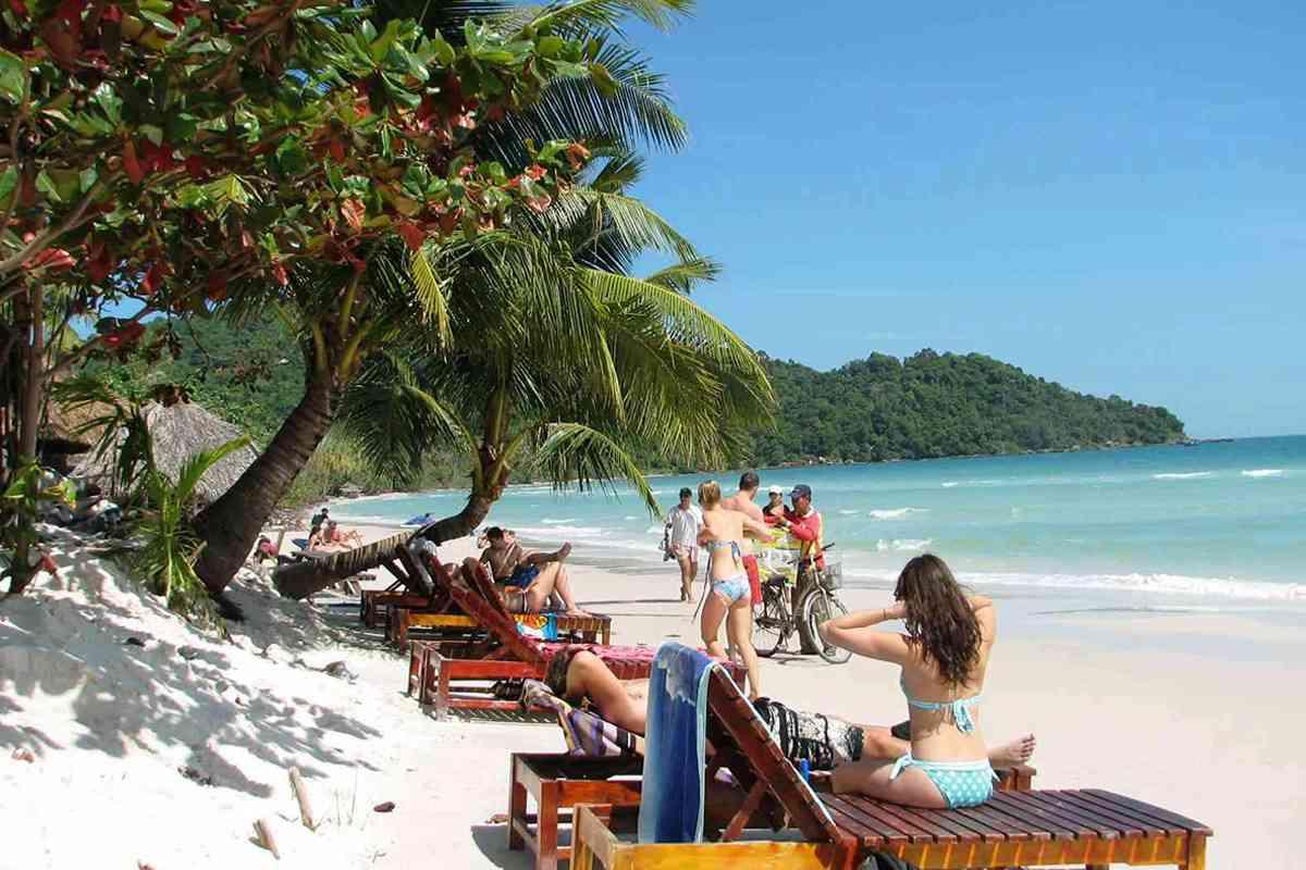 Du khách tắm biển ở bãi Gành Dầu Phú Quốc
